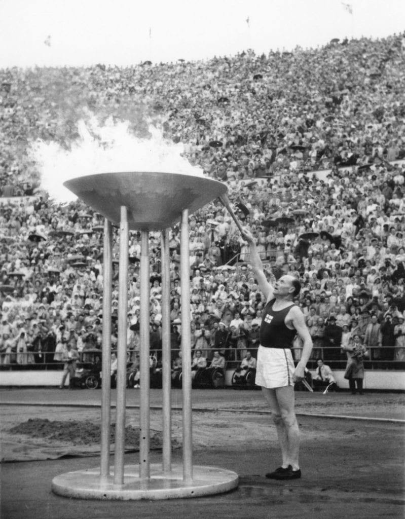Paavo Nurmi sytyttää olympiatulen Helsingin olympialaisten avajaisssa 19.7.1952