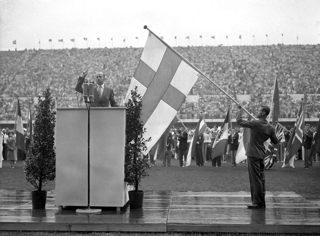 Heikki Savolainen vannoo olympiavalan Helsingin olympiakisojen avajaisissa.
